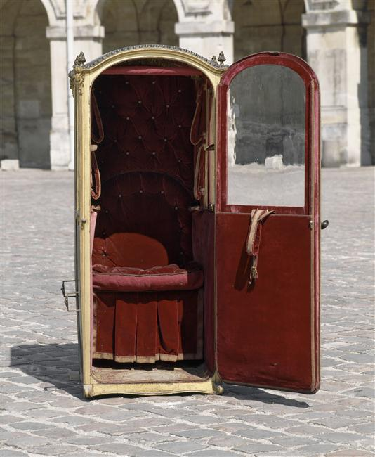 This is versailles sedan chairs at versailles for Chaise a porteurs